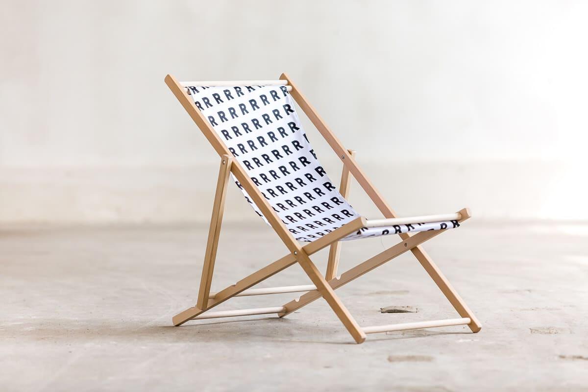 biały składany leżak ze wzorem R sklep online