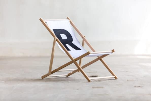biały leżak składany z logo R reprezentuj sklep online