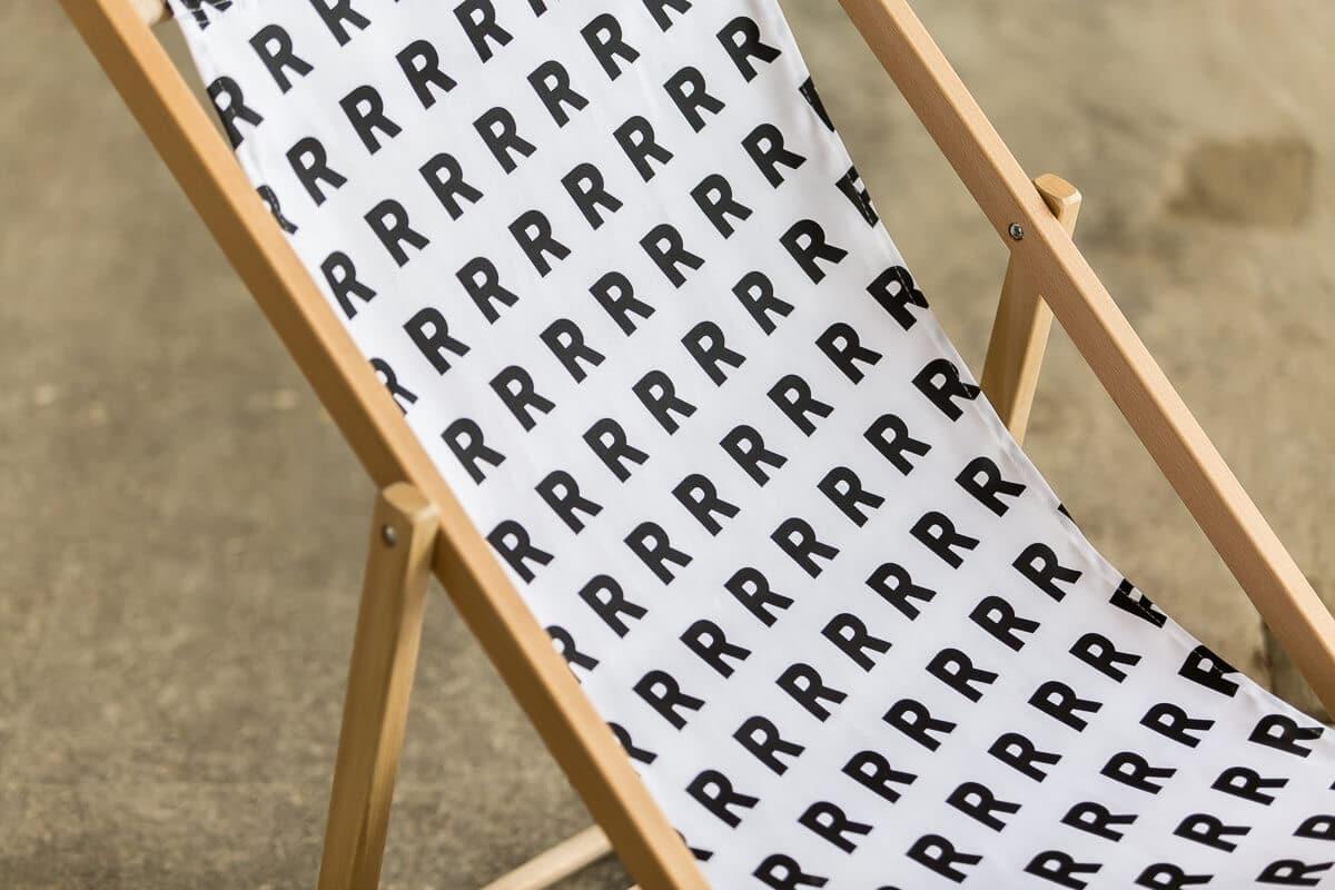 biały składany leżak ze wzorem R reprezentuj sklep online