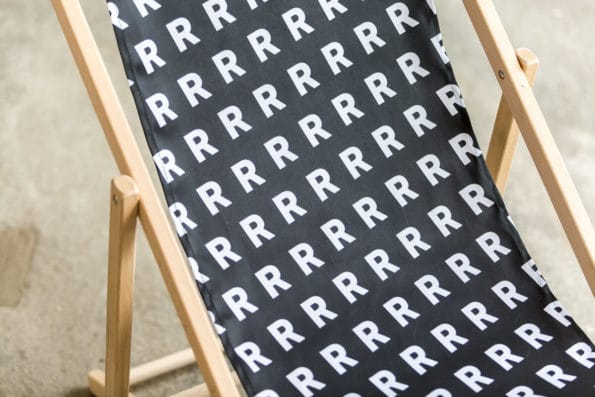 czarny leżak biały wzór R sklep