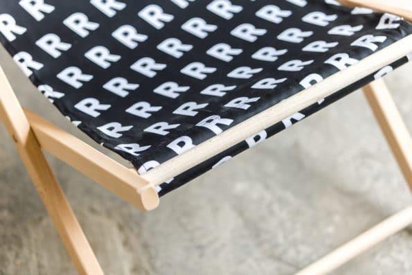 czarny leżak z białym wzorem R detal