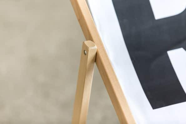 biały leżak składany z logo R bukowe drewno