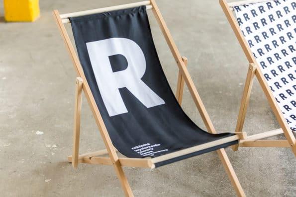 czarny leżak składany logo R reprezentuj