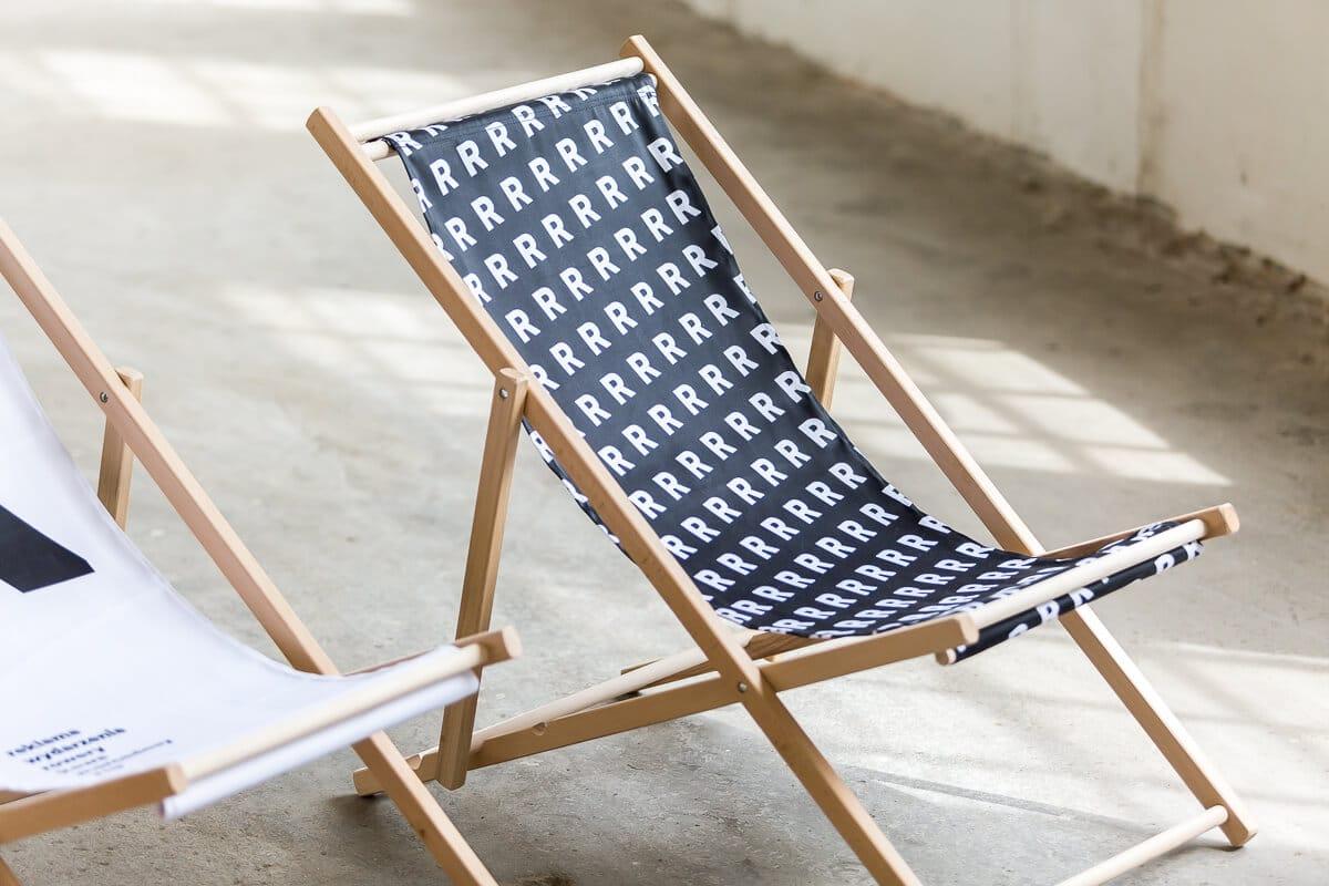 czarny leżak z białym wzorem R sklep online