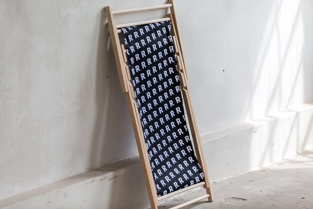 czarny leżak składany z białym wzorem R sklep online