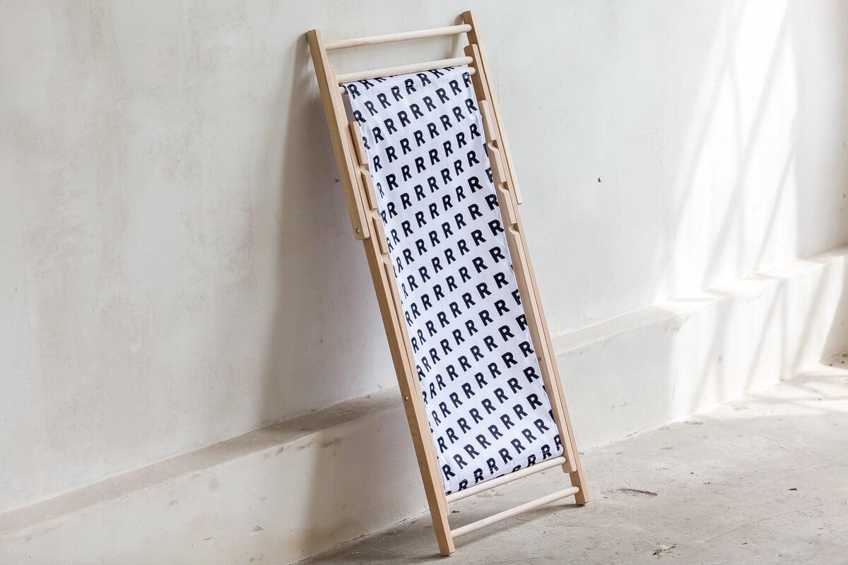 biały leżak składany ze wzorem R sklep online
