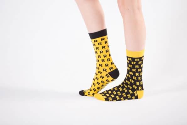 bawełniane żółto-czarne skarpetki ze wzorem R
