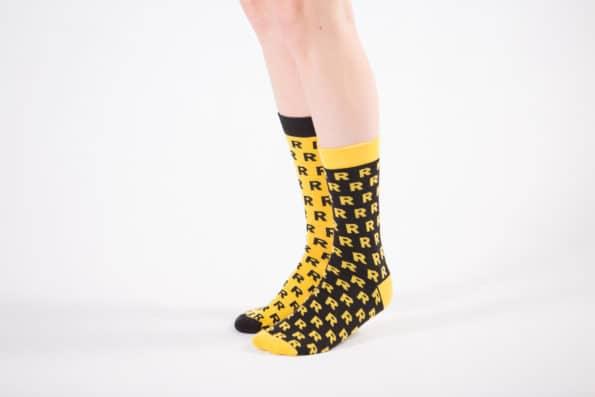 żółto-czarne skarpetki ze wzorem R bawełna