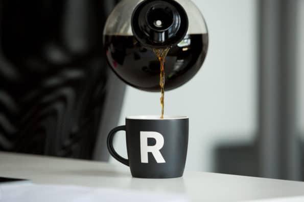 ceramiczny kubek R do kawy
